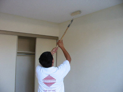 Как правильно красить потолок валиком