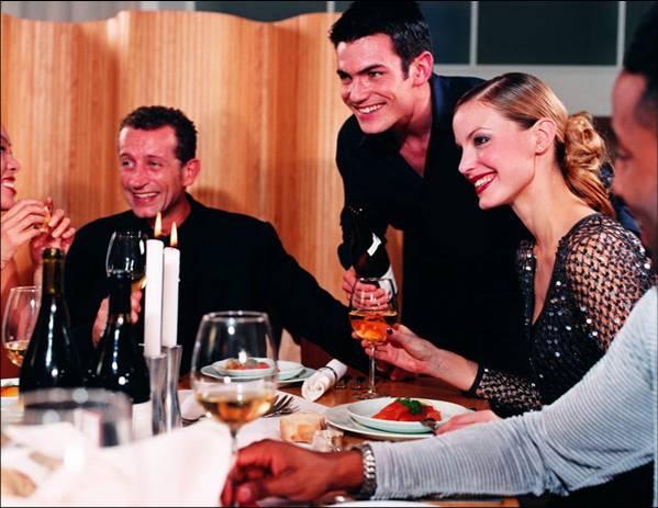 <strong>Обычно почетных гостей размещают</strong> справа от хозяйки или хозяина дома. Иногда заранее приготавливают план стола, предъявляемый хозяином каждому гостю при входе; в обычай все более входит правило, в соответствии с которым на столе располагается картонная карточка с именем гостя.