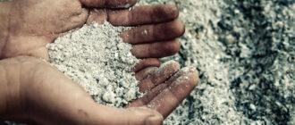 Как правильно вносить в почву древесную золу, как удобрение?